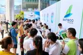 """Khách """"đội nắng"""" chờ """"săn"""" vé ưu đãi tại Bamboo Airways Tower 265 Cầu Giấy"""