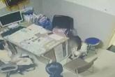 Cô gái quỳ gối xin bác sĩ cho phá thai và hành động bất ngờ sau đó