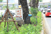 Những hình ảnh xấu xí tại Thủ đô: Rác thải, cọc bê tông ngổn ngang hè phố