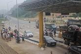"""Vừa thu phí, BOT Hòa Lạc - Hòa Bình đã """"thất thủ"""" buộc phải xả trạm"""