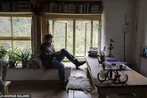 Bị người yêu đá, chàng trai bỏ phố vào rừng sống, nhìn căn nhà mà choáng ngợp