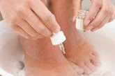Bệnh nấm móng chân có lây không?