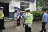 Nữ tội phạm truy nã vô tình bị bắt giữ vì... không đội mũ bảo hiểm khi đi xe đạp điện