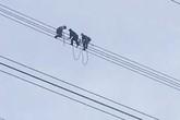 Nhân chứng kể lại giây phút hãi hùng giải cứu nam thanh niên đu trên đường điện cao thế 500kv