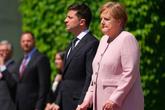 'Người đàn bà thép' nước Đức run lẩy bẩy vì thiếu nước khi đón Tổng thống Ukraine dưới thời tiết nóng nực