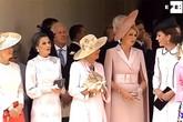 Kate bị mẹ chồng nhắc vì mải nói chuyện tại sự kiện