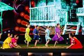 """""""Gặp gỡ Đông – Tây trên dòng sông Hội"""" – tiết mục mở màn ấn tượng trong đêm nghệ thuật tại Vinpearl Land Nam Hội An"""