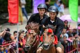 Du khách thích thú thử một lần cưỡi ngựa dạo chơi Sun World Fansipan Legend