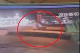 Kinh hãi: Clip xe máy tông vào dải phân cách lộn nhiều vòng như phim hành động