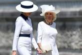 Bà Melania mặc váy, đội mũ giống Diana khi gặp Nữ hoàng