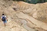 Tương Dương, Nghệ An: Cơ cực cõng con lội bùn gần 1 tiếng mới đến bến thuyền đi học
