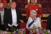 Ông Trump chạm lưng Nữ hoàng Anh, phạm quy tắc hoàng gia