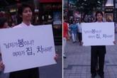 Xôn xao ảnh 12 năm trước của Song Joong Ki: 22 tuổi đã đi biểu tình 'Đàn ông không phải mỏ vàng của phụ nữ'?