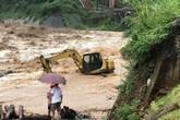 Mưa lớn gây lũ quét ở Yên Bái, nhấn chìm cả xe tải lẫn máy xúc công trình