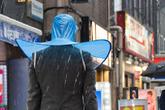 """Nhật Bản ra mắt sản phẩm mũ đi mưa giá 100.000 đồng có thiết kế trông giống cái """"áo mưa"""""""