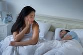 Hết hồn với cách mà chồng già khuyên vợ trẻ giải tỏa bức xúc chuyện chăn gối
