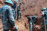"""Bắc Kạn: Làm đường, nhóm công nhân phát hiện bom """"khủng"""" nặng 400kg"""