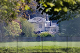 Nhà của vợ chồng Meghan như pháo đài 'bất khả xâm phạm' sau cải tạo gây ra nhiều phản ứng trái chiều