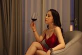 """Diện váy ren ngủ sexy, Nhã Quỳnh Nga suýt ngã sấp mặt khi quyến rũ Vũ - Quốc Trường trong """"Về nhà đi con"""""""