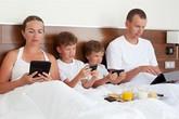 Sóng ngầm trong gia đình thời nay (3): 5 lời khuyên cho cha mẹ khi tổ ấm gặp nguy bởi 'smart phone'