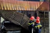 Xế hộp để trong gara bốc cháy dữ dội, gia đình hoảng hốt tháo chạy