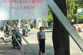 Hà Nội: Người dân vô tư ngồi bán hàng, trú nắng dưới bức tường rào sắp đổ sập của nhà khách La Thành