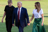 """Ngoại hình như """"người khổng lồ"""" của con trai út Tổng thống Trump khi đứng bên cạnh bố mẹ"""