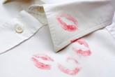 """Lỡ dính vết son môi trên áo, đây là cách khiến nó biến mất """"không còn dấu vết"""""""