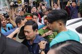"""Nguyễn Hữu Linh thong thả đến hầu tòa vụ """"nựng"""" bé gái trong thang máy"""