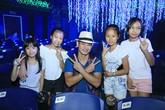 """Xuân Bắc cùng các em nhỏ phấn khích trước màn trình diễn của """"phù thủy bong bóng"""" Fan Yang"""