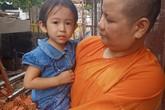 Bé gái 4 tuổi lạc người thân trước cửa tịnh xá đã tìm được người thân