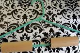 Dùng lõi giấy vệ sinh gắn vào móc treo quần áo, mẹo nhỏ nhưng tác dụng lớn không ngờ