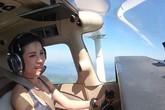Hoàng quý phi Thái Lan mặc crop top lái máy bay