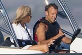 Tổng thống Pháp cởi trần đi tàu cao tốc với vợ