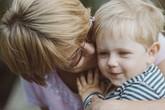 Tranh cãi nảy lửa khi trẻ em bị thúc ép nói không với những nụ hôn từ bà