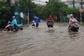 Gió giật mạnh, nhiều điểm ngập sâu, cây đổ tràn lan ở Hà Nội do ảnh hưởng mưa bão