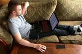 Bác sĩ lý giải tin đồn để máy tính lên đùi gây vô sinh ở nam giới