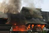 Hà Nội: Hàng trăm người hốt hoảng khi 'chuồng cọp' tại khu tập thể Kim Liên bốc cháy dữ dội