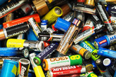 Vứt pin đã sử dụng vào thùng rác - thói quen gây hại nhiều người mắc phải