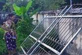 Thương tâm bé trai 3 tuổi ở Hà Tĩnh tử vong vì cánh cổng sắt đè lên người