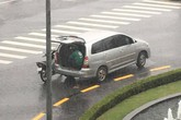Ô tô 7 chỗ dừng bên góc đường, mở cửa để tài xế xe ôm kịp ngồi trú mưa khiến nhiều người cảm thấy ấm lòng