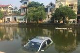 Hiện trường xe taxi chìm nghỉm giữa hồ khiến dân mạng tranh luận không ngừng về nguyên nhân
