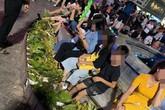 Bức xúc hình ảnh hàng chục người ngồi bên đài phun nước phố đi bộ Hồ Gươm, thản nhiên đạp chân thẳng lên hàng hoa trang trí