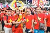 """CĐV Việt """"nhuộm"""" đỏ màu cờ sắc áo trước SVĐ Thammasat trước trận gặp Thái Lan"""