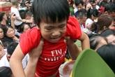 Trẻ nhỏ khóc lóc, người già méo mặt vì chen lấn lên hành hương Đền Hùng