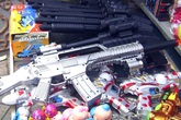 Tạm giữ hơn 20.000 đồ chơi trẻ em có nguy cơ ảnh hưởng tới sức khỏe và có tính chất bạo lực