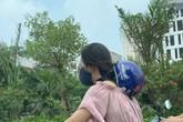 """Cô gái trẻ đội mũ bảo hiểm theo phong cách """"độc lạ"""", thản nhiên chạy xe trên phố khiến nhiều người tranh cãi"""