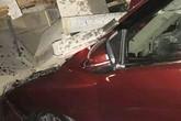 Ôtô con lọt gầm xe tải sau tai nạn ở Sài Gòn, 4 người thoát chết