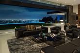 Căn nhà hiện đại mà mọi phòng trong ngôi nhà bạn đều có thể thấy những ánh đèn nhấp nháy của thành phố về đêm