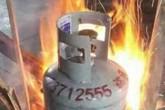 Giữ 4 người thân trong nhà, đổ dầu ra dọa đốt
